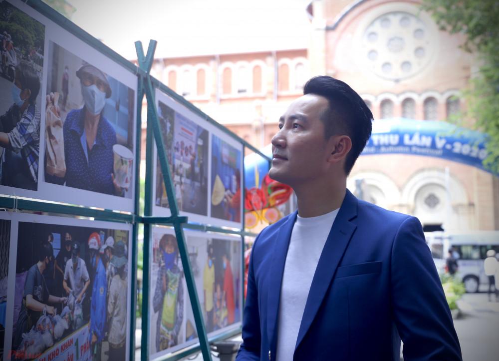 Ca sĩ Phi Hùng có mặt tại buổi khai mạc triển lãm kết hợp ra mắt sách ảnh của nhiếp ảnh gia Thế Phong.