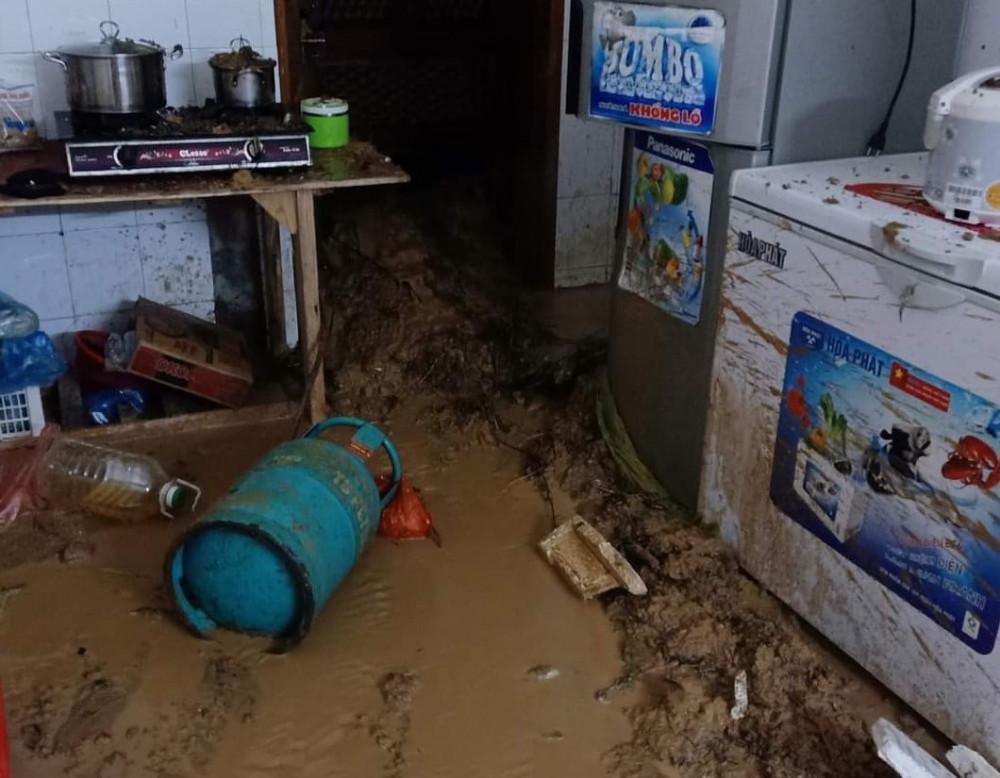 Mưa lớn cũng kéo theo bùn đất vào nhà dân.