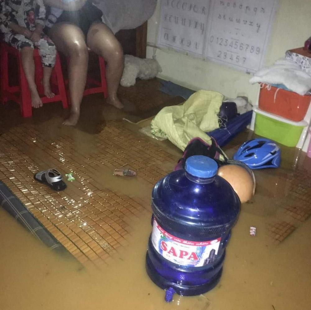Nước tràn vào nhà khiến nhiều người dân có một đêm không yên bình.