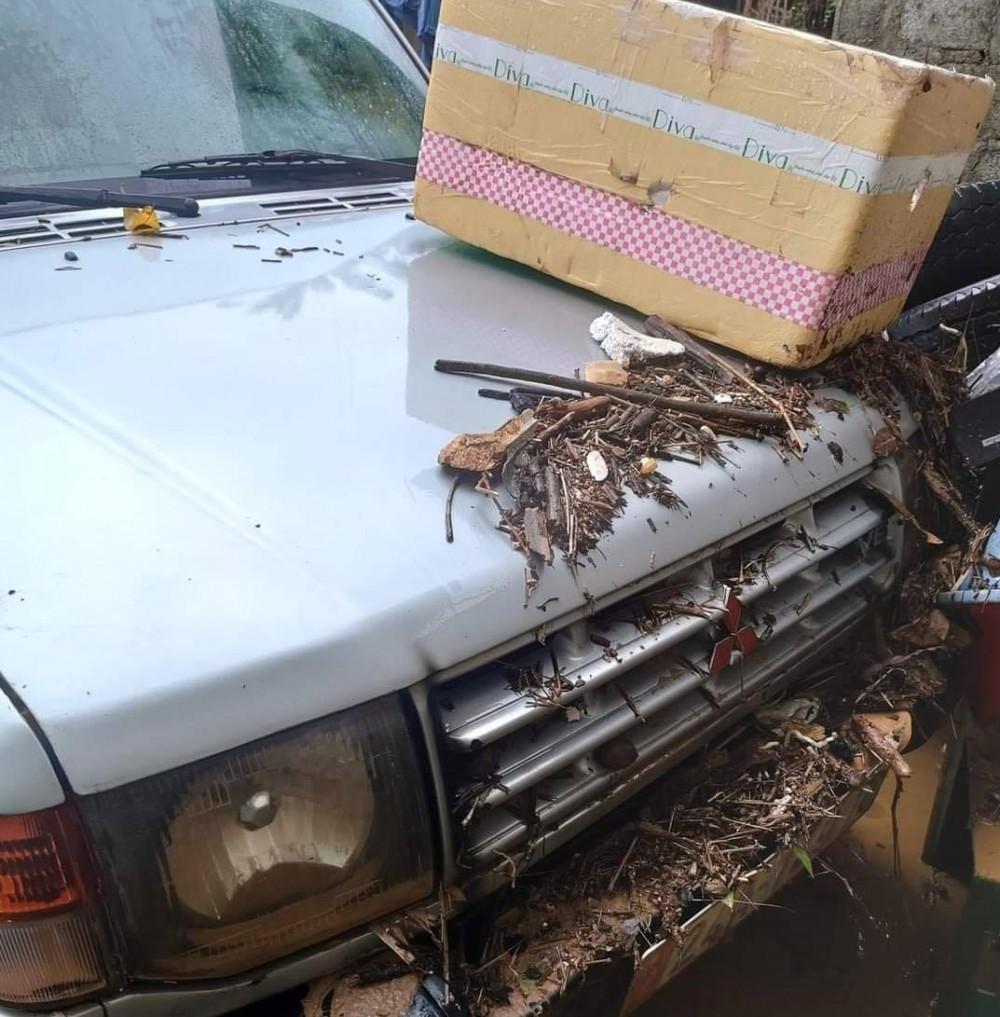 Chiếc ô tô bị thiệt hại do mưa ngập và bùn rác.