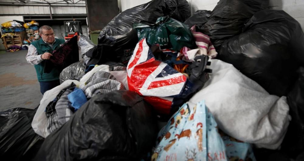 Antonio de Carvalho kiểm tra việc phân loại quần áo tại kho của công ty Green World Recycling.