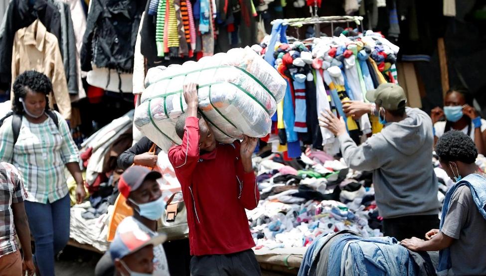 Công nhân vận chuyển quần áo cũ tại chợ Gikomba, nơi việc kinh doanh đang đi xuống vì đại dịch.