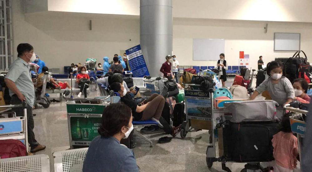 Những hành khách trên chuyến bay từ Hàn Quốc về sân bay Tân Sơn Nhất phải vạ vật hơn 10 giờ đồng hồ mới được đưa về khu cách ly. Ảnh: N.T