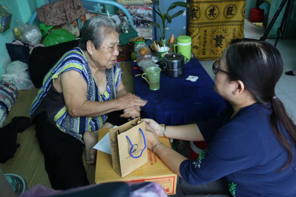 Chị Trần Thị Minh Nguyệt hỏi thăm chuyện buôn bán, cơm nước của cụ Me.