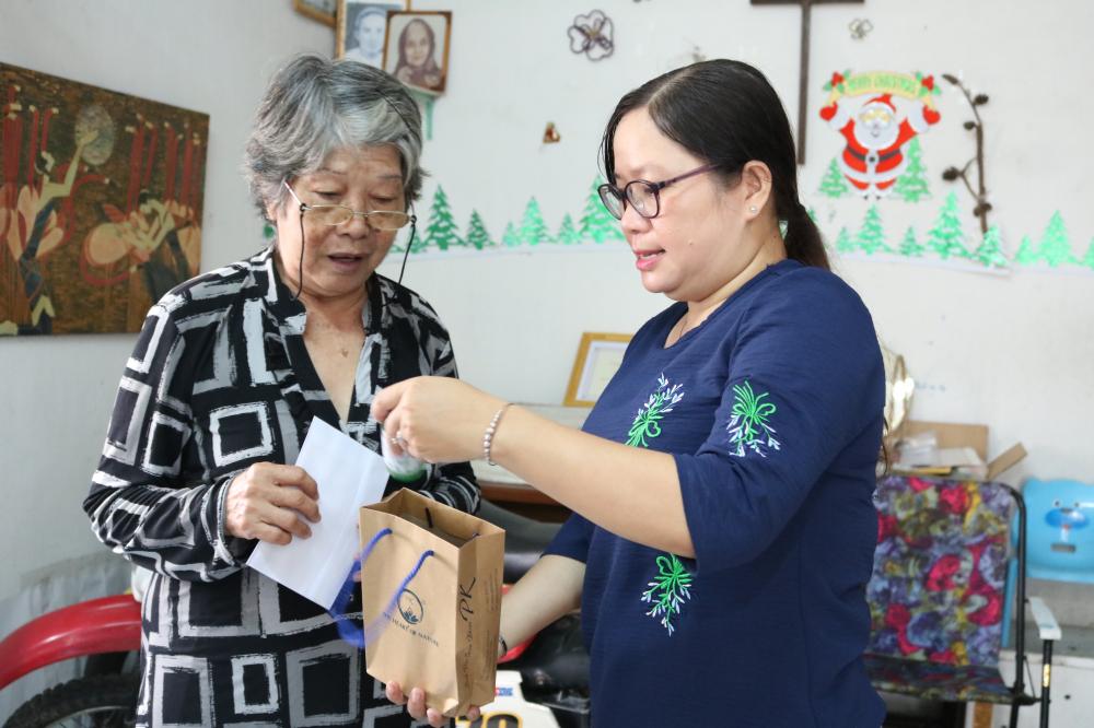 Chị Trần Thị Minh Nguyệt - Phó chủ tịch Hội LHPN quận Thủ Đức - đến nhà động viên, tặng quà cho bà Bảy.