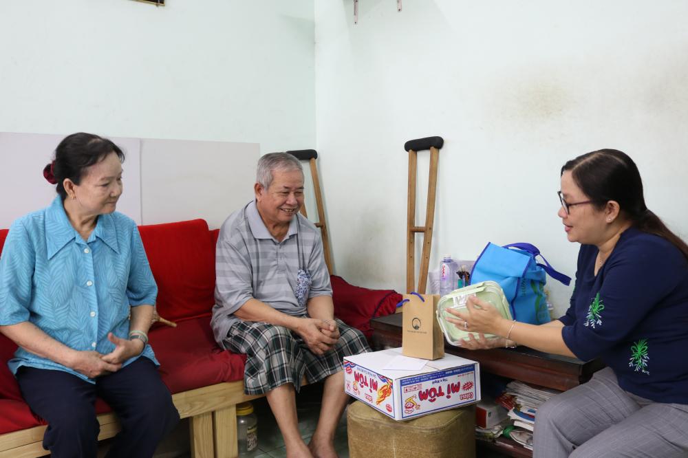 Vợ chồng bà Dung đều không còn khả năng lao động. Ông bà rất vui khi được Hội LHPN quận quan tâm, chăm lo.