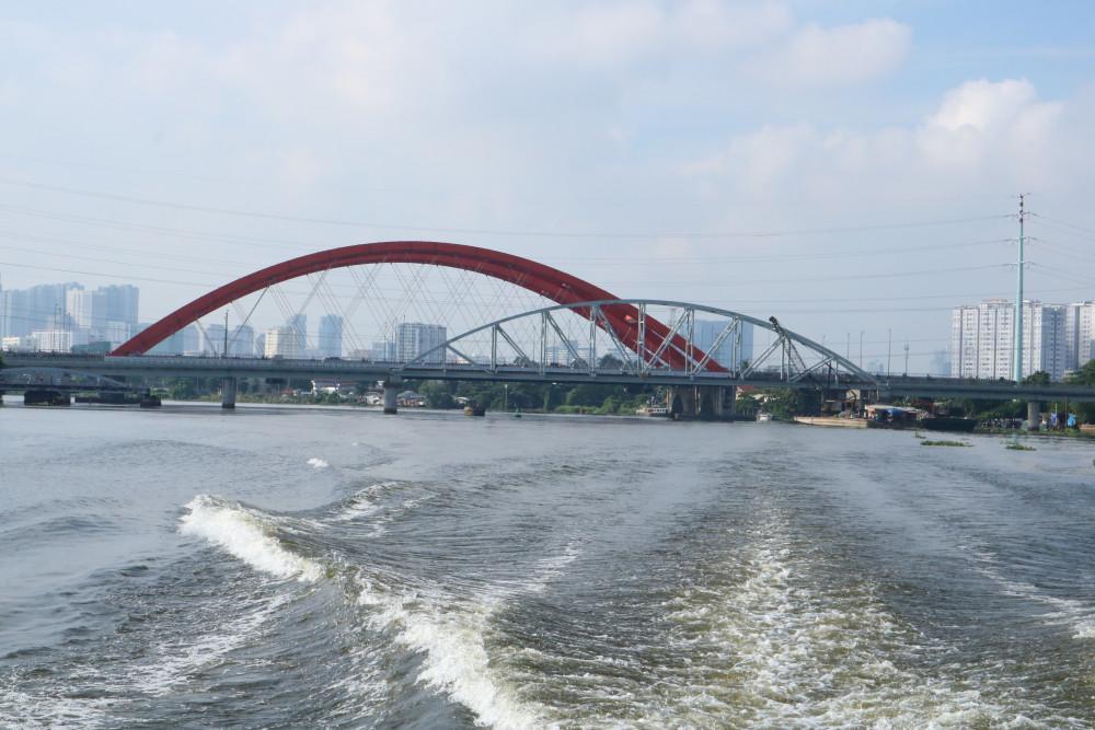 Nhìn ngắm cầu Bình Lợi từ sông