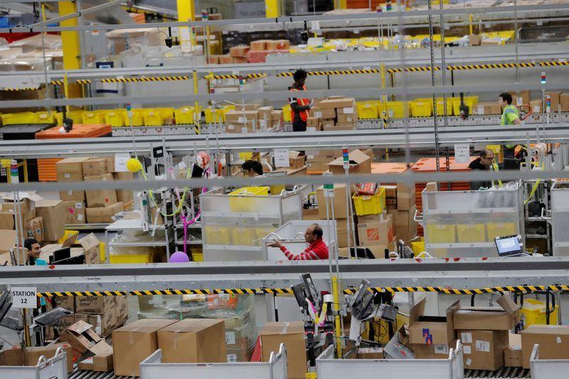 Amazon báo cáo hơn 19.000 nhân viên đã mắc COVID-19 trong năm nay - Ảnh: Reuters