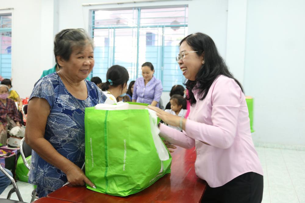 Bà Đỗ Thị Chánh - Phó chủ tịch Hội LHPN TP.HCM - tham dự chương trình và trao quà cho chị em hội viên có hoàn cảnh khó khăn.