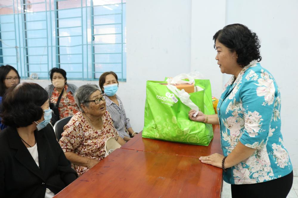 Bà Võ Thị Thanh Nga (bìa phải) - Chủ tịch Hội LHPN quận Phú Nhuận - hỏi thăm đời sống, tình hình sức khỏe của chị em tham dự chương trình.