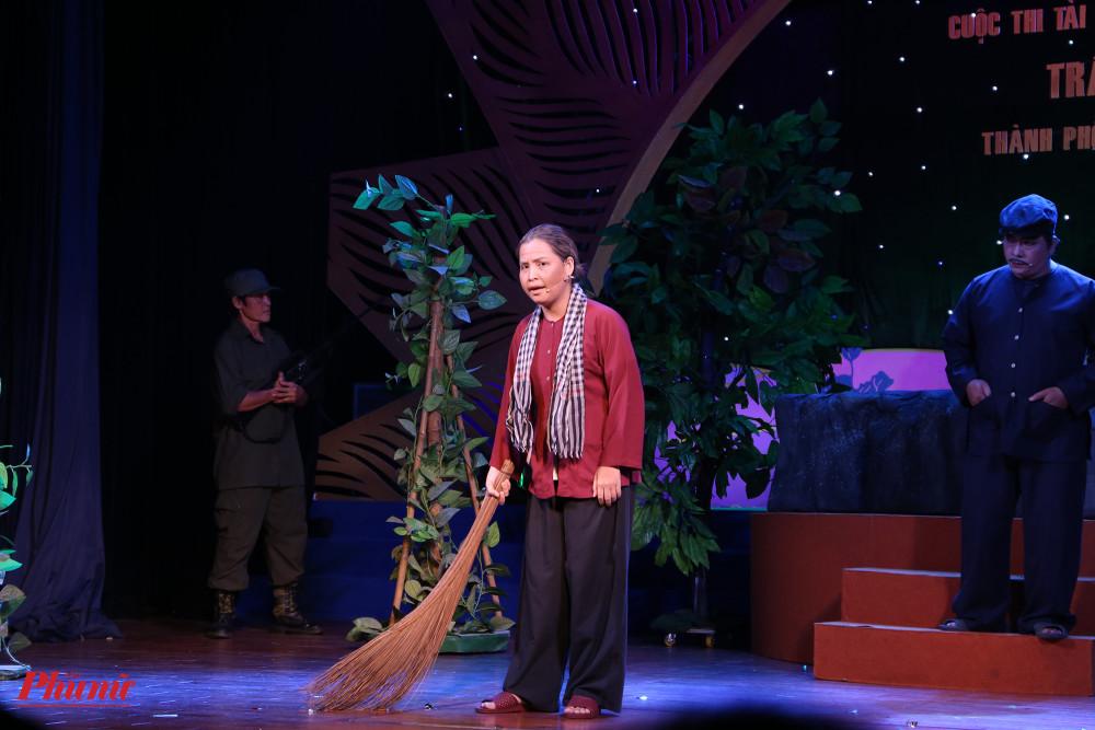 Thí sinh Dương Kim Tiến (sinh năm 1987) thử thách bản thân khi hoá thân vào vai bà Năm trong trích đoạn Tình yêu thời chiến. Nhân vật chịu nhiều nỗi đau khi phải để cháu ra chiến trận giành độc lập cho quê hương, trước đó chồng cũng hy sinh, và cuối cùng bà cũng chết dưới nòng súng của giặc.