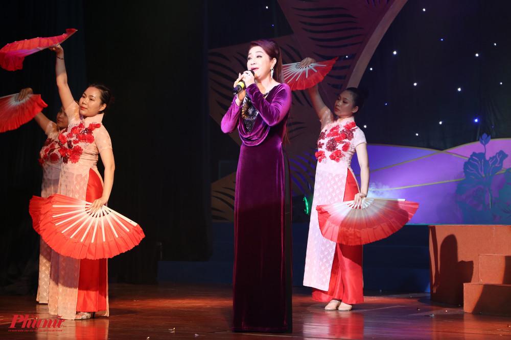 NSƯT Thoại Mỹ góp giọng trong đêm khai mạc giải với bài Dạ cổ hoài lang.