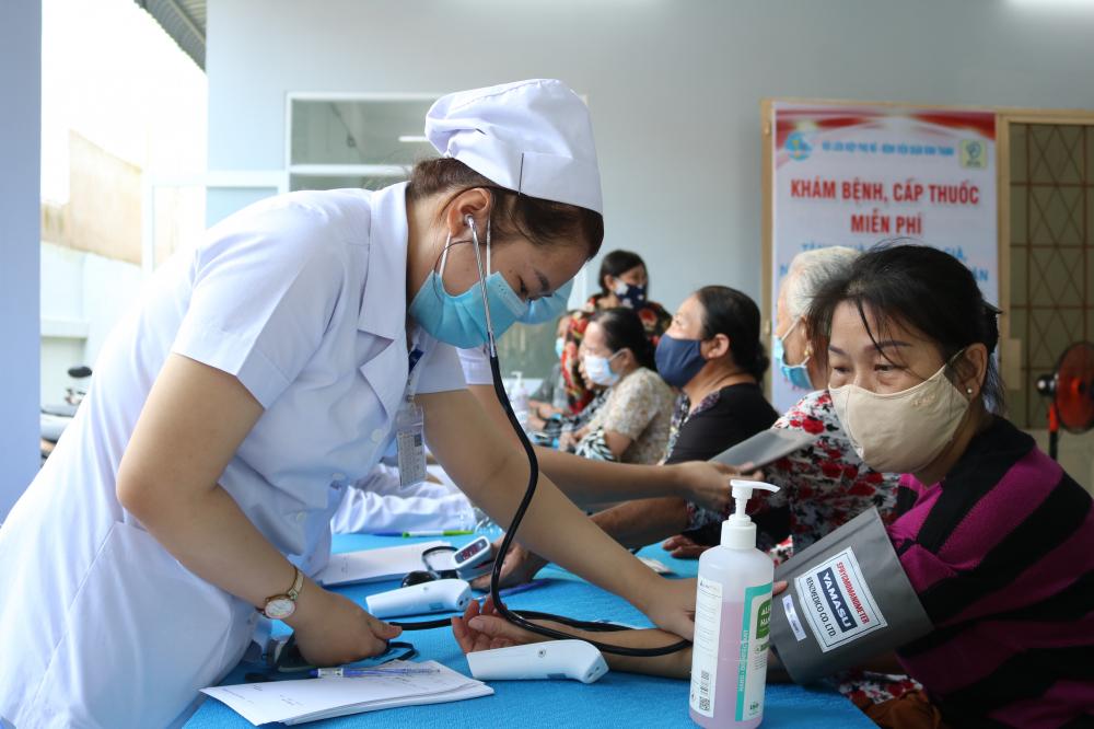Y, bác sỹ bệnh viện quận Bình Thạnh khám bệnh cho người dân.