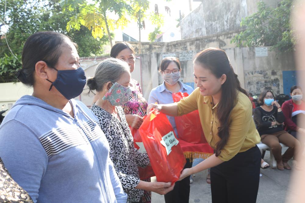 Chị Nguyễn Thị Nguyệt Ánh - Trưởng ban Tuyên giáo, Hội LHPN TP.HCM - tham dự ngày hội và trao quà cho các cụ.