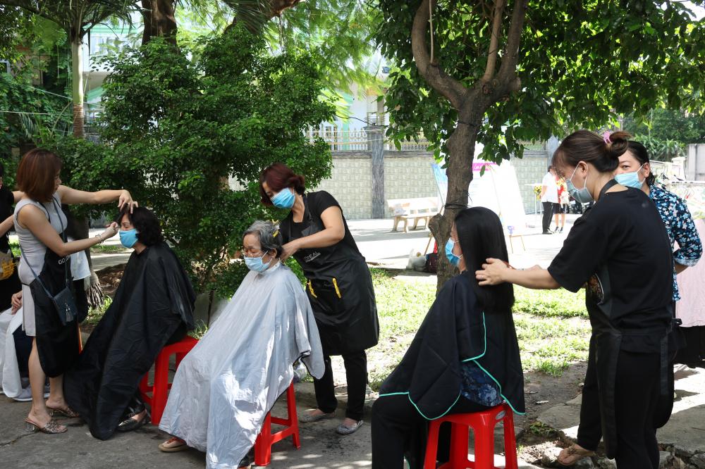 Ngoài được kiểm tra sức khỏe, khám bệnh, cấp thuốc, mọi người còn có quà, thoải mái lựa chọn quần áo và được cắt tóc.