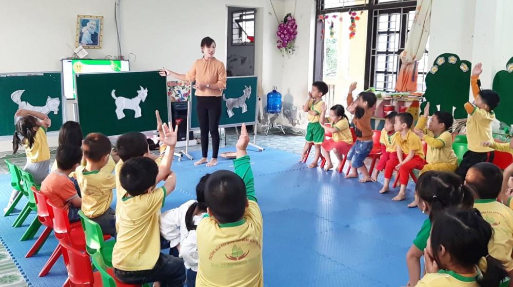 Ở bậc học mầm non, quan trọng là xây dựng niềm yêu thích cho học sinh khi đến trường, tạo cho trẻ hứng thú với ngôn ngữ hơn là dạy ngôn ngữ