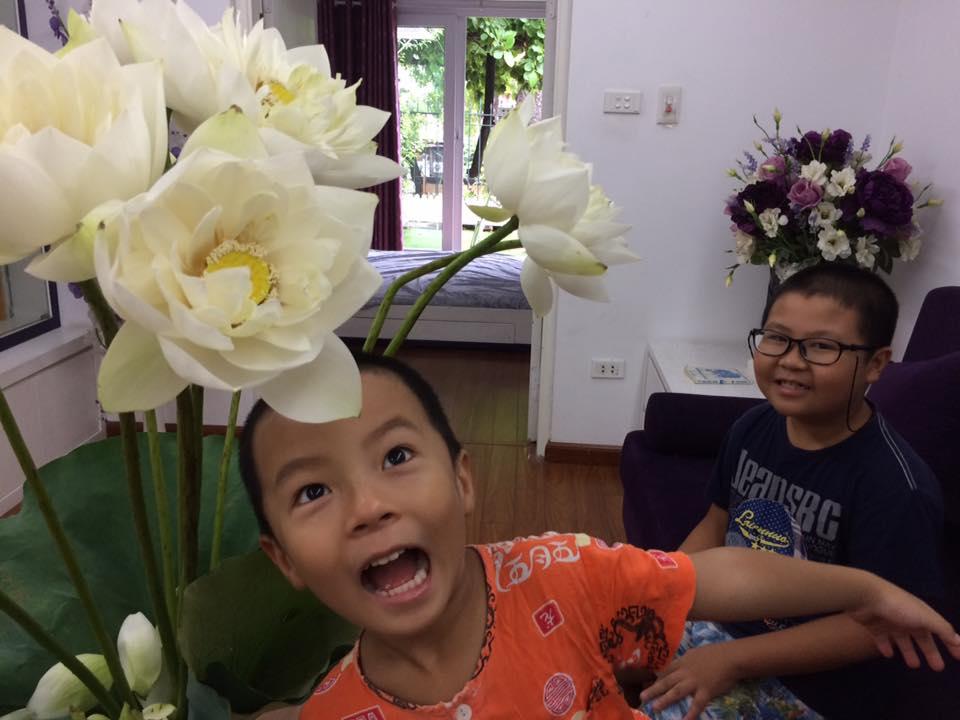 2 cậu con trai cũng thích tạo dáng trước những bình  hoa của mẹ Phương (Ảnh nhân vật cung cấp)