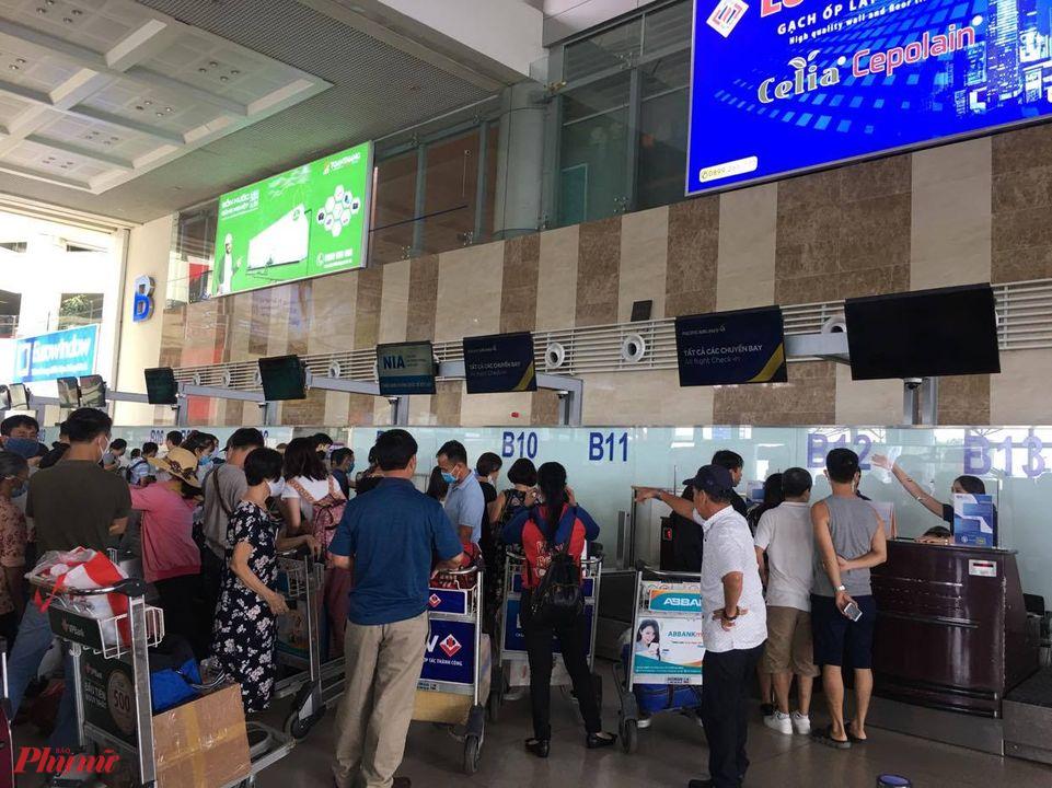 Hành khách bức xúc vì mua vé VNA nhưng lại bay PA và phải xếp hàng nhiều lần vẫn chưa làm xong thủ tục trong khi sát giờ bay.