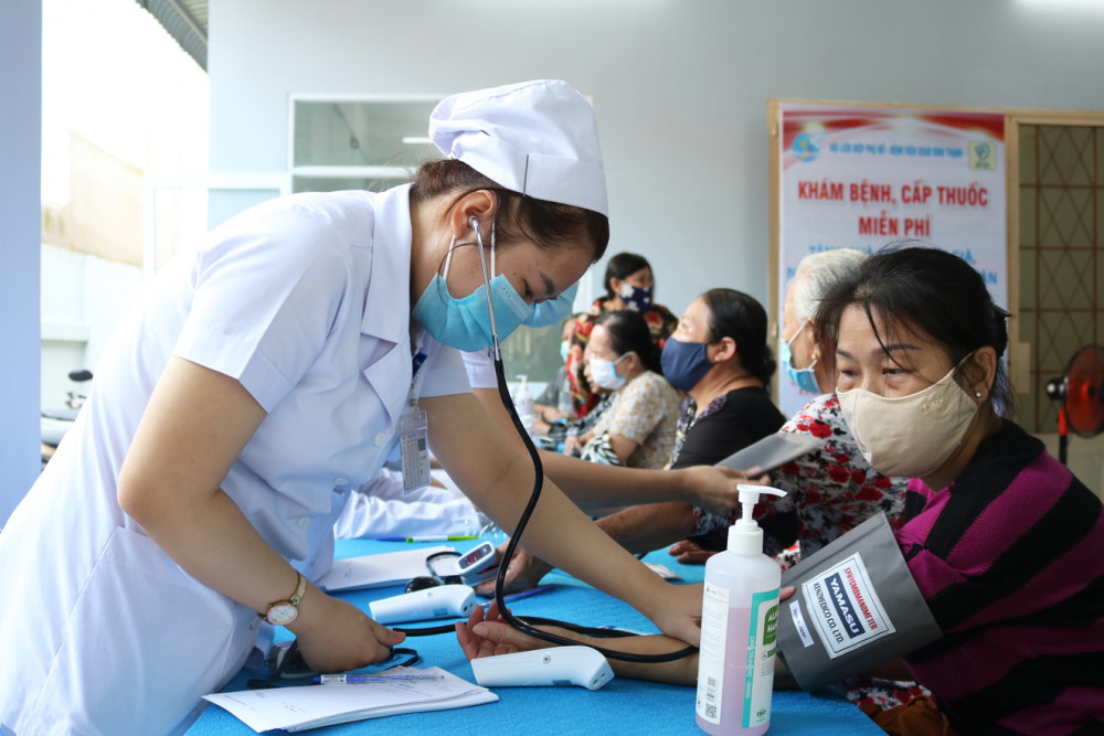 Y, bác sĩ Bệnh viện Quận Bình Thạnh khám bệnh, cấp thuốc cho người dân