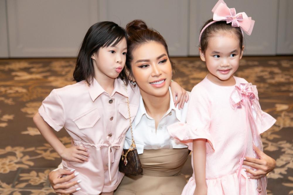 Siêu mẫu Minh Tú bị cuốn hút bởi hai người mẫu nhí dễ thương.