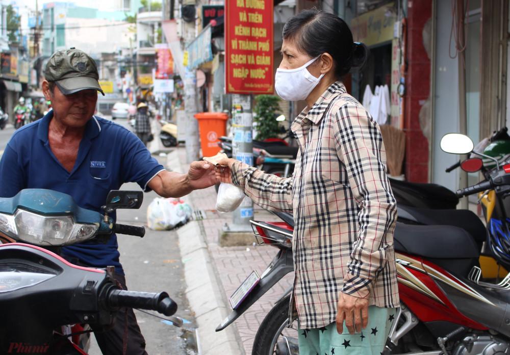 Người đến mua cơm trắng về ăn thường ở trọ, nghèo khổ