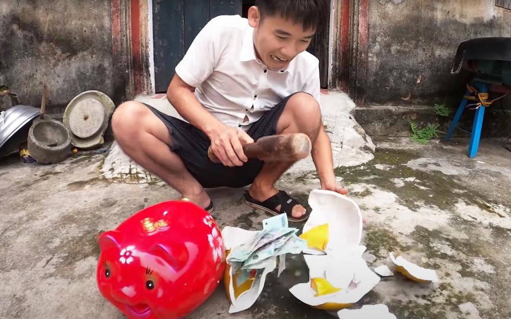 Vừa bị phạt 7,5 triệu đồng, Hưng Vlog vẫn không chịu… rút kinh nghiệm khi đăng tải clip dạy trẻ em ăn cắp tiền