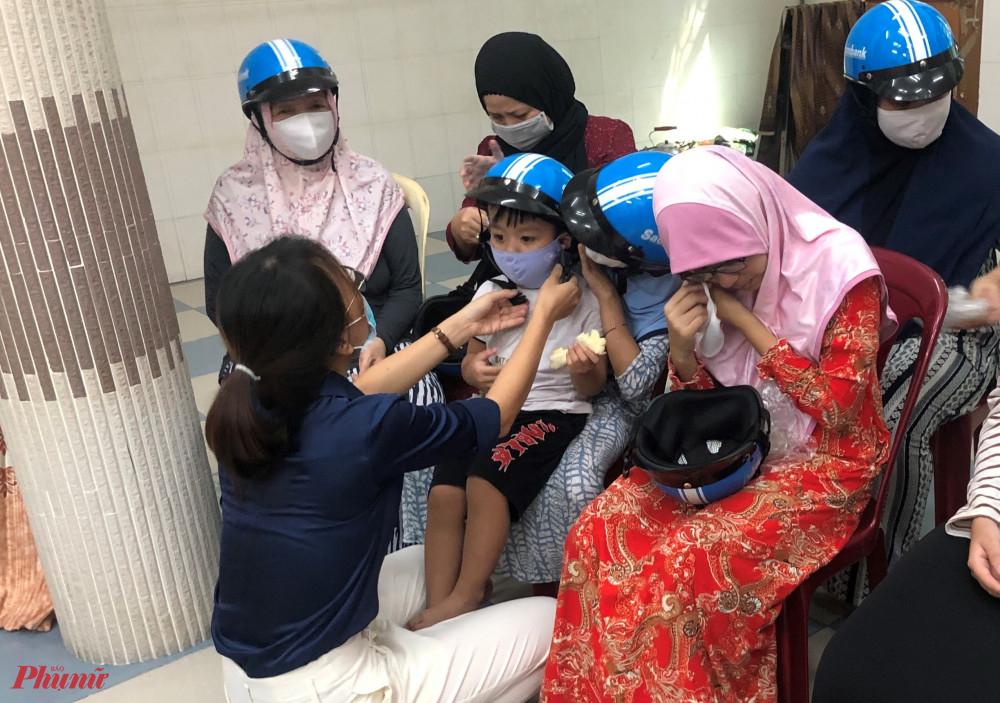 Hội tặng nón bảo hiểm cho trẻ em