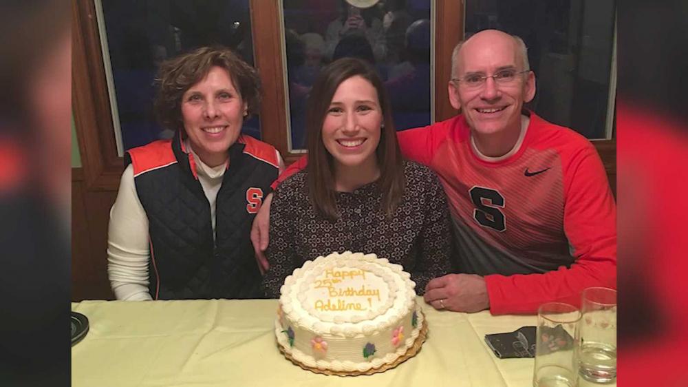 Adeline Fagan bên bố mẹ, bà Mary Jane và ông Brant - Ảnh: Maureen Fagan