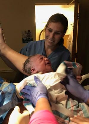Adeline Fagan đỡ đẻ cho con gái của Carrie Wanamaker - Ảnh: Carrie Wanamaker