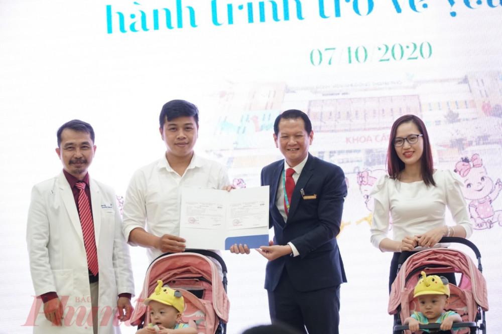 Tiến sĩ bác sĩ Trương Quang Định chia sẻ niềm vui với gia đình song Nhi
