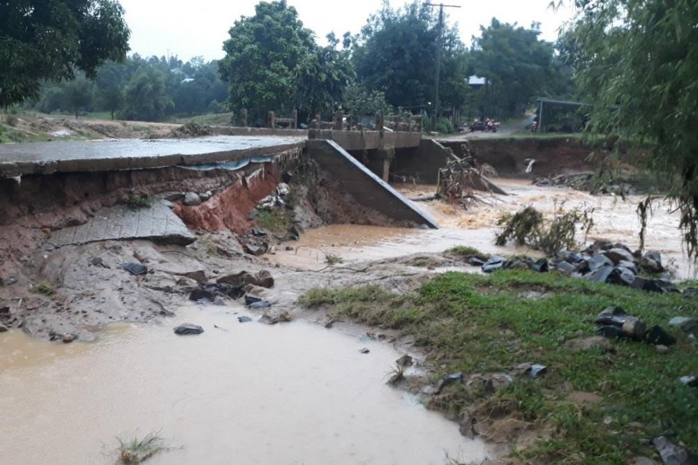 Sạt lở nghiêm trọng tại các tuyến đường liên xã ở huyện Hướng Hóa do mưa lớn