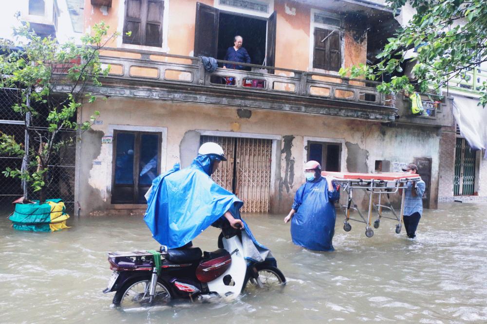 Mưa lũ làm đảo lộn cuộc sống của người dân thôn Thủy Tú, xã Hương Vinh, thị xã Hương Trà, tỉnh Thừa Thiên - Huế - Ảnh: Thuận Hóa