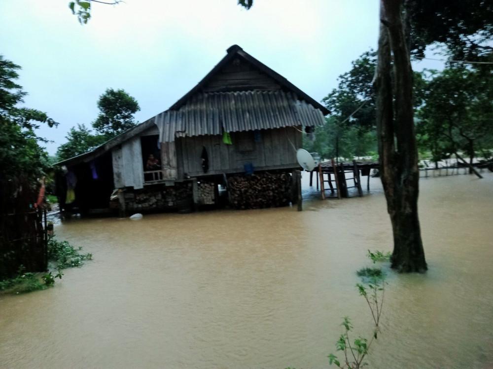 Nhiều bản làng tại hai huyện Darkông, Hướng Hóa bị chai cắt trong lũ