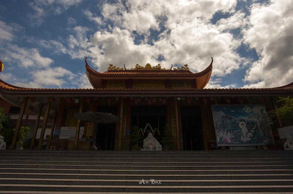 Chùa được xây dựng theo kiến trúc thiền viện.