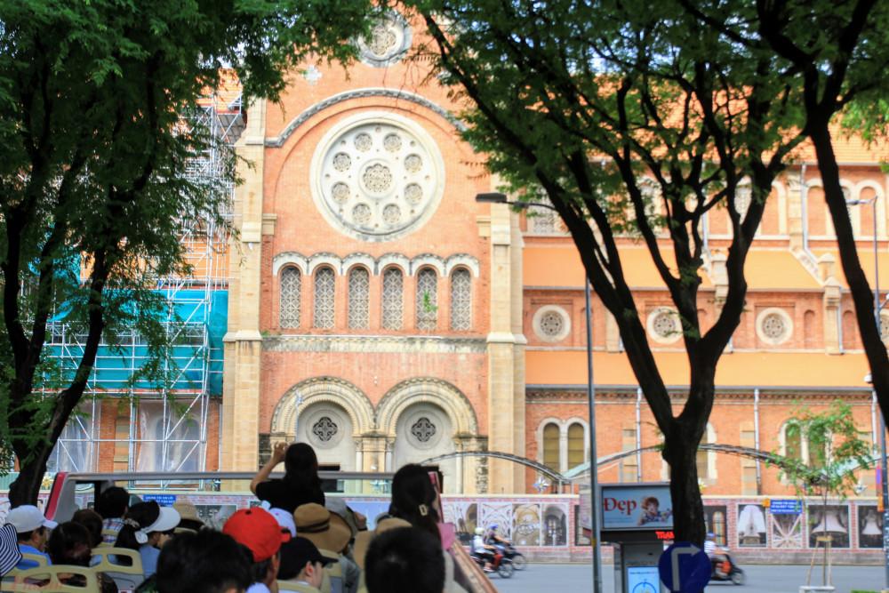 Khách hàng trải nghiệm tham quan thành phố bằng xe buýt hai tầng ở Sài Gòn. Ảnh: Quốc Thái