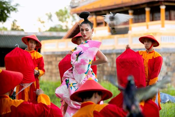 Siêu mẫu Hoàng Yến trình diễn tại sự kiện.