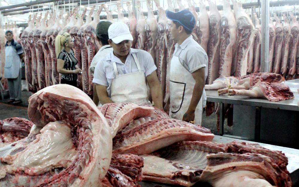 Thịt về chợ đầu mối nông sản Hóc Môn những ngày gần đây rất dồi dào nhưng lượng bán ra khá chậm.