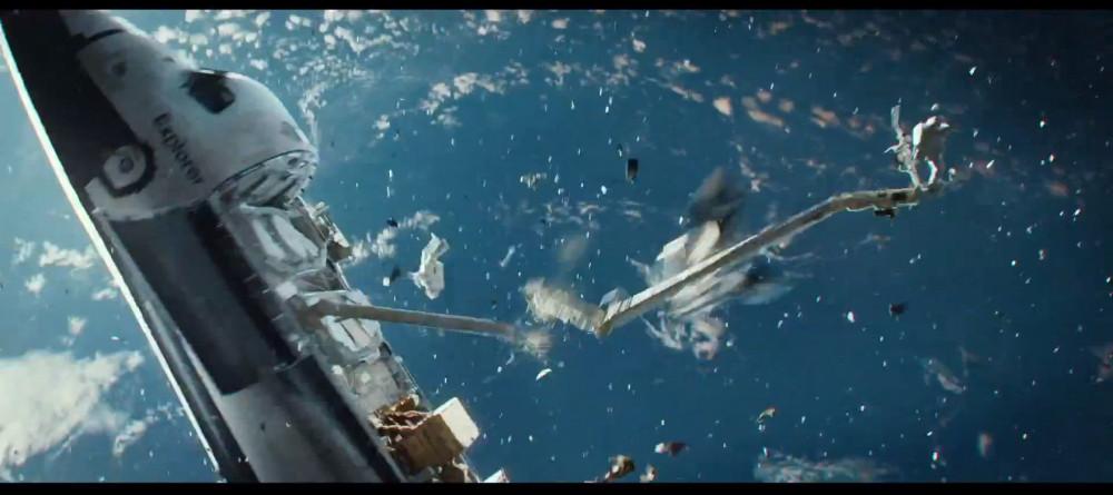Cảnh tàu con thoi bị va chạm bởi rác không gian trong phim Gravity