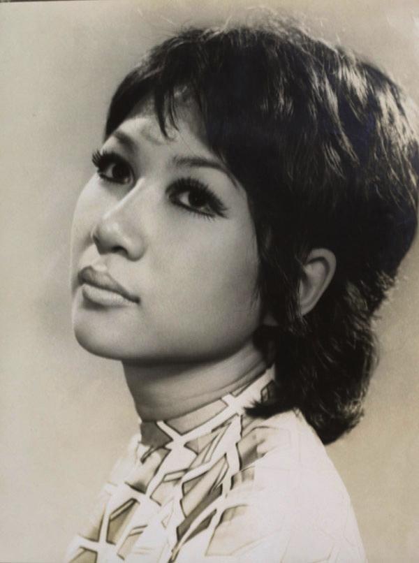 Ca sĩ Lệ Thu là một trong những nữ nghệ sĩ tìm đến nhiếp ảnh gia Đinh Tiến Mậu sau khi rời Hải Phòng vào Nam lập nghiệp.