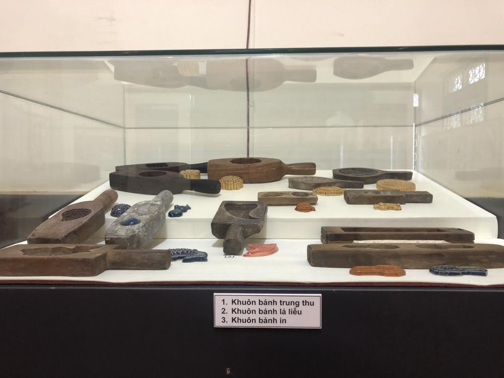 Các khuôn bánh dân gian của người Nam bộ được trưng bày tại Bảo tàng Phụ nữ Nam bộ. Ảnh: Thanh Huyền.
