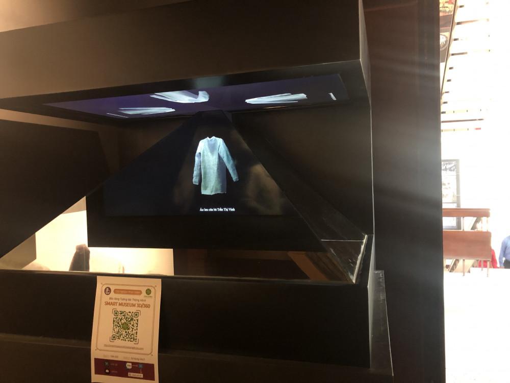 Hiện vật dưới sự hỗ trợ của công nghệ thực tế ảo treo lơ lửng trong không trung tái hiện sinh động về lịch sử và văn hóa Nam bộ. Ảnh: Thanh Huyền.