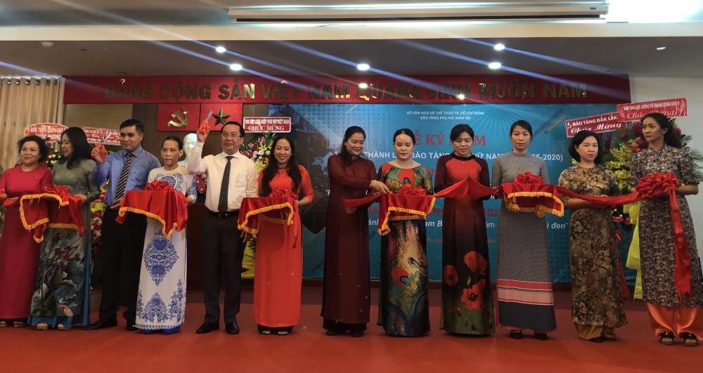Bà Nguyễn Trần Phượng Trân - Chủ tịch Hội liên hiệp Phụ Nữ TP. HCM cùng các quan khách tham gia cắt băng khánh thành phòng trưng bày ứng dụng công nghệ số. Ảnh: Thanh Huyền.
