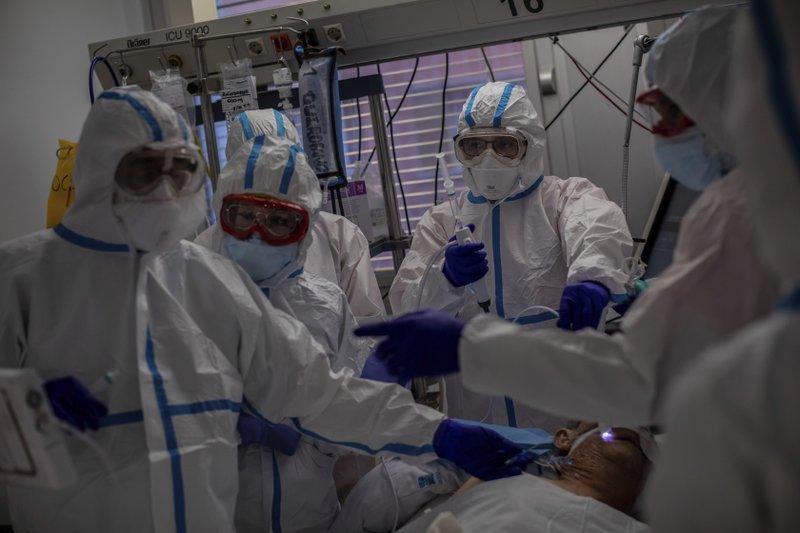 Chăm sóc bệnh nhân COVID-19 tại ICU Bệnh viện Severo Ochoa ở Leganes, ngoại ô Madrid, Tây Ban Nha. Ảnh chụp ngày 9/10 - Ảnh: AP