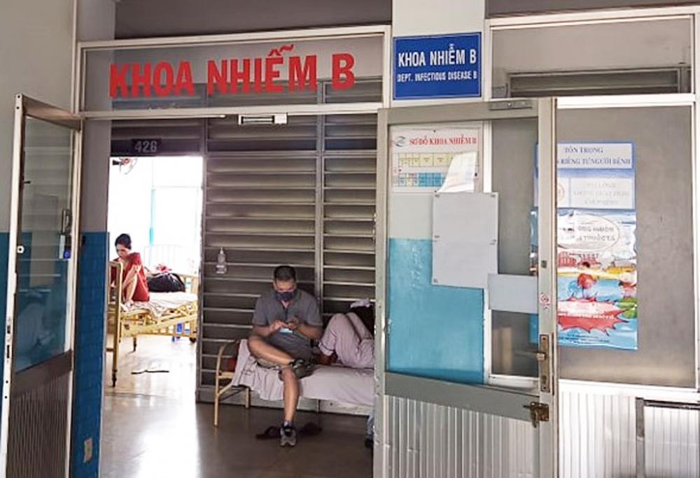 Khoa Nhiễm B Bệnh viện Bệnh nhiệt đới TP.HCM tiếp nhận một vài trường hợp bị nhiễm bệnh do đắp ốc ma, ốc bươu vàng điều trị vết thương hay đắp mắt