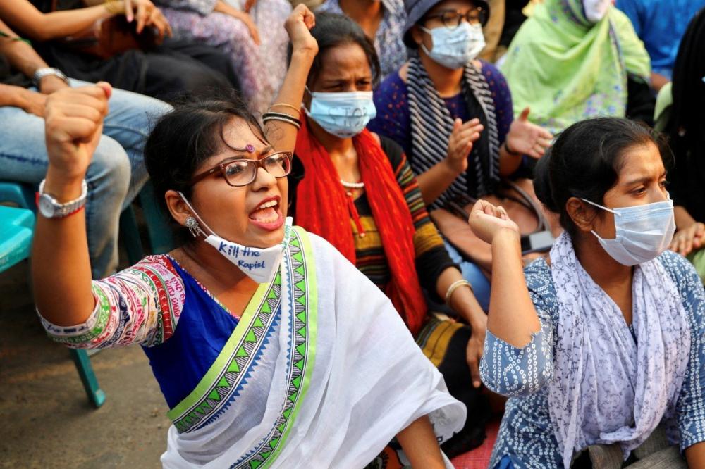 Người biểu tình ở thủ đô Dhaka xuống đường đòi công lý cho một nạn nhân bị hãm hiếp - Ảnh: Reuters