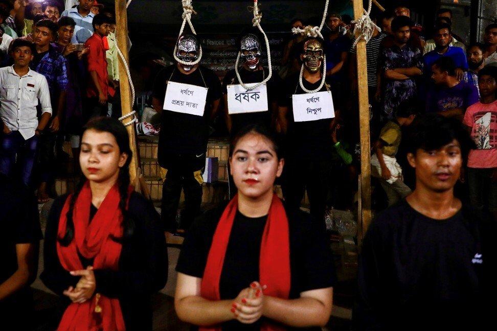 Các nghệ sĩ biểu diễn nghệ thuật đòi công lý cho một nạn nhân bị hiếp dâm - Ảnh: Reuters