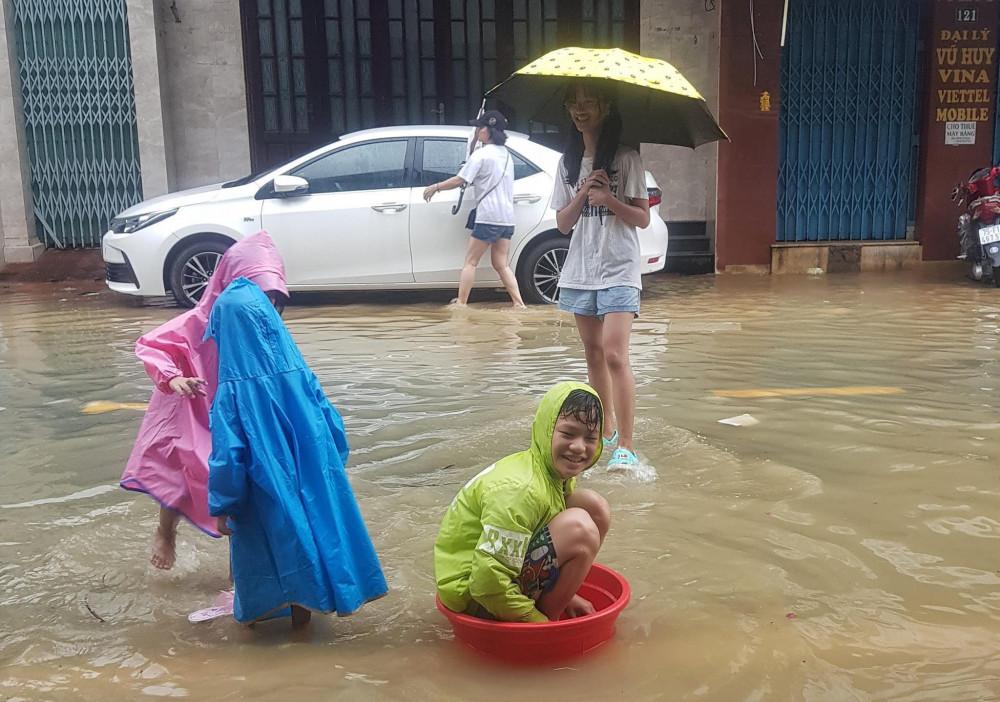Với trẻ con, được chơi đùa trong nước là một trải nghiệm khó quên (Ảnh Trà Mi)