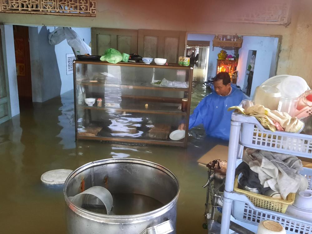 Nước từ thượng nguồn đổ về ngày một lớn gây ngập quá nửa những ngôi nhà của vùng hạ du