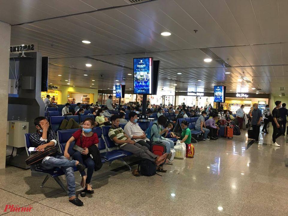 Hàng loạt chuyến bay trong ngày 11/10 bị hủy do ảnh hưởng bão số 6.