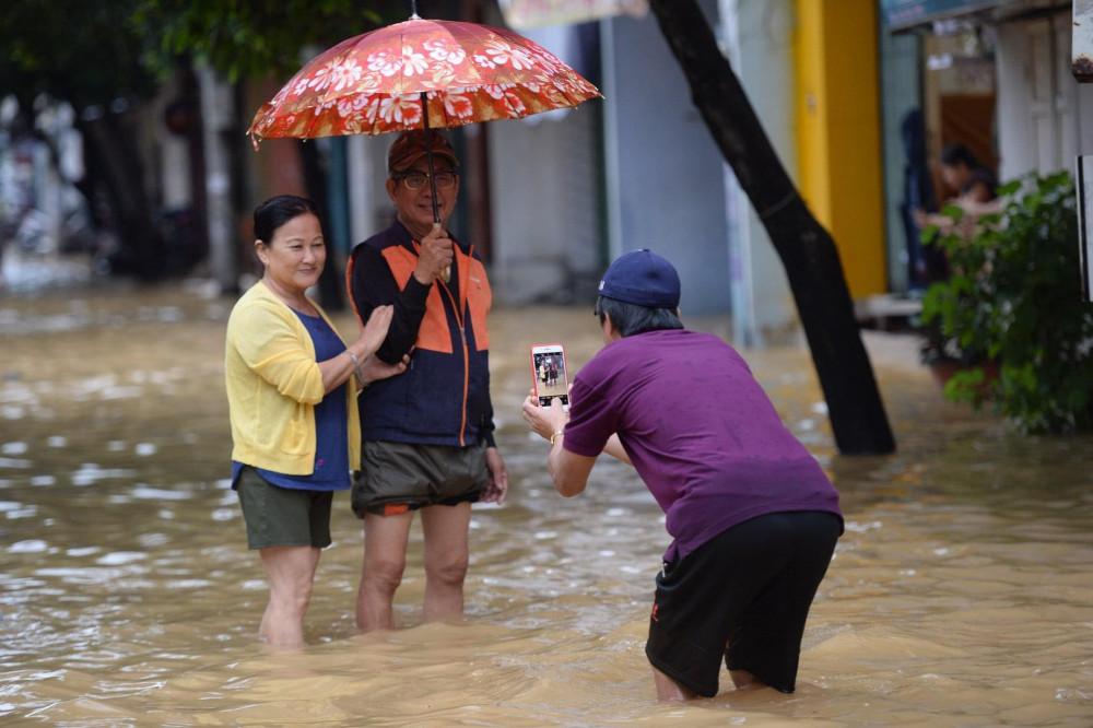 Mưa lụt năm 2020 đã thành kỷ niệm với rất nhiều người dân Cố đô (Ảnh Lê Huy Hoàng Hải)